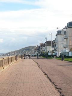 La promenade Marcel Proust longe la plage de sable blanc : 3 km pour les promenades et les footings