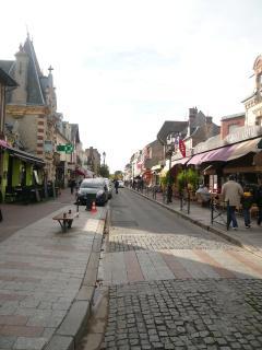 Notre maison est située à 350 m du centre ville : boutiques, cafés, restaurants, marché quotidien...