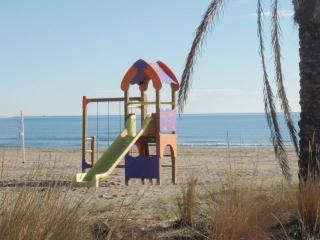 Playa del Pinar, zona recreativa para niños.