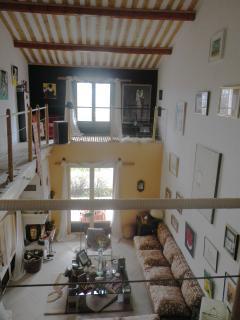 Double Height Living Room from Front Door - Vue de la Porte d'entree