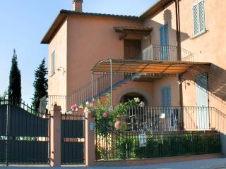 Sunny 1 bedroom apartment on the Podere Magione Holiday Farm in the San Gimignano region of Tuscany