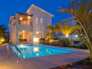 Villa Karouzi, Tala. 3 bedroom Villa with Private Heated Pool & 4x4 Car Included