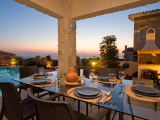 Villa Karouzi, Tala. 3 bed High-Spec Villa-Private Heated Pool- 4x4 Car Included