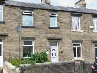 SPINNERS NEST, stone-built cottage, walks from door, close to town amenities, in Skipton, Ref. 25565