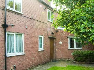 BRETTON HOUSE COTTAGE, family-friendly, near to city centre, good touring base in Chester, Ref 28402