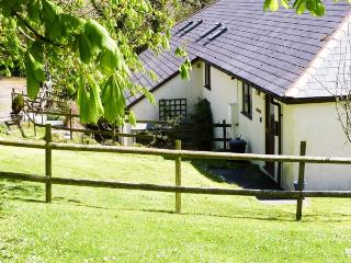 HAZEL, ground floor, shared use of indoor heated swimming pool, close to pub, near Bude, Ref 903634