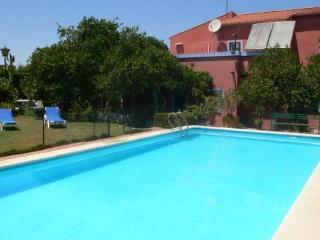 Villa con piscina privada, jardines e internet muy cerca de Sevilla