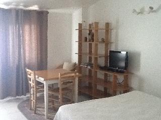 studio tournesol, etage, climatise;  lit double, kitchenette et salle d eau très ensoleillé