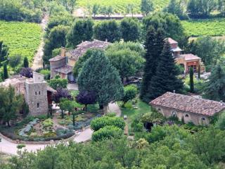 La Campagne en Provence: un petit hameau au calme entre les collines boisées.
