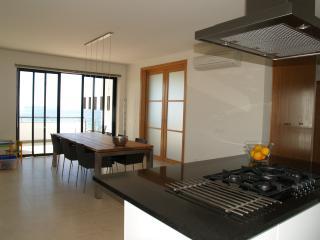 Kitchen & dinner area