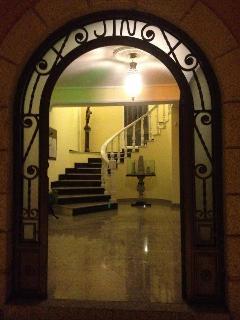 Puerta principal con vistas de la entrada