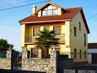 Casa con apartamento de 3 habitaciones amplio jardin y vistas al mar en Pedrena