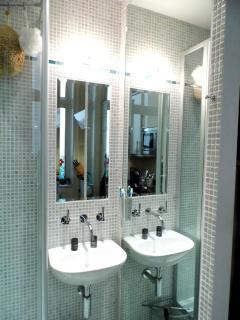 Waschbecken mit Spiegeln
