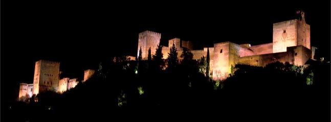 La Alhambra de noche vista desde la casa