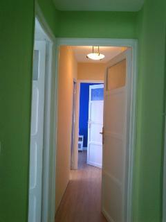 Pasillo con puerta quedando las habitaciones independientes
