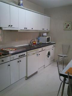 Cocina con todo lo necesario esprimidor, tostador, cafetera, lavavajillas, microondas, lavadora etc.