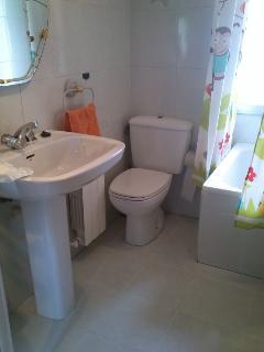 baño muy limpio y con todo lo necesario, champu, gel, toallas etc. con gran ventana.
