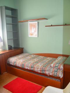 Dormitorio 2 camas individuales (La cama nido debajo y se levanta a la misma altura)