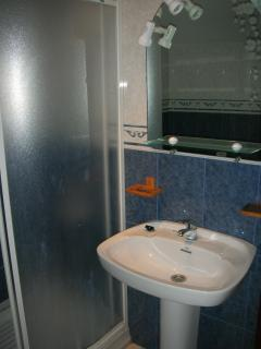 un baño de la casa de 12 plazas