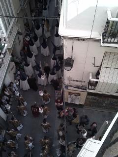 Semana Santa. Procesión por debajo del balcón.