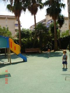 Patio con zona acolchada niños.