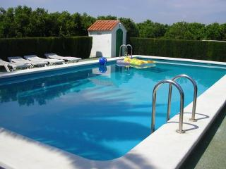 casa con piscina y jardin