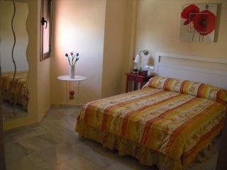 Apartamento luminoso. Cuidada decoración y piscina.