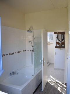 salle de bain coté baignoire avec douche