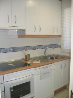 Cocina equipada con lavavajillas, frigorífico combi, lavadora, microondas, tostadora, batidora y res