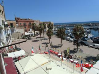 La piazza sottostante la Casa-Vacanza con vista panoramica a 180° esposta ad Est,  'albe mozzafiato'