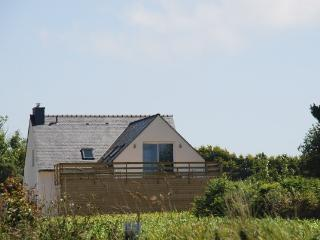 Vue extérieure de la maison à 400 mètres de la plage du Bourg.