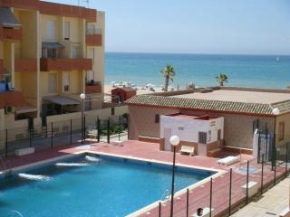 Apartamento en 1º línea de playa con piscina., Barbate