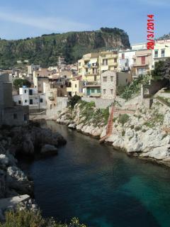 La caletta e il borgo marinaro. Tantissime altre insenature caratterizzano la località.