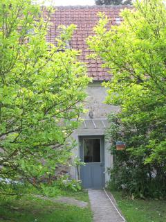 l'entrée du gîte entre les 2 magnolias