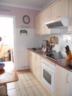 Cocina con terraza y equipada con todo tipo de electrodomesticos y despensa