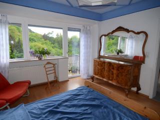 Zimmer mit Doppelbett, Balkon und Blick ins Grüne