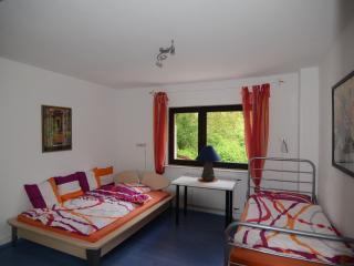 Zimmer mit Doppel- und Einzelbett mit Platz für 3