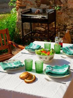 Barbacoa con mesa y banquetas