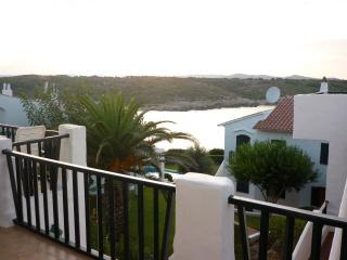 Vista al mar desde la terraza superior. Lovely sea views from upper balcony.