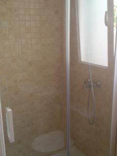 Ducha en cuarto de baño superior. Shower in upper bathroom.