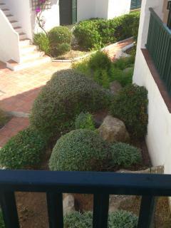 Jardín junto a la terraza de arriba. Garden next to upper balcony.