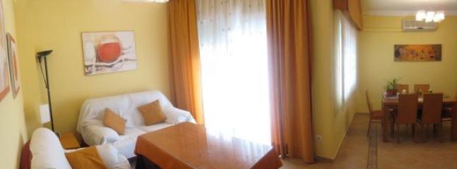 Salón con 2 ambientes: sofas y mesa comedor