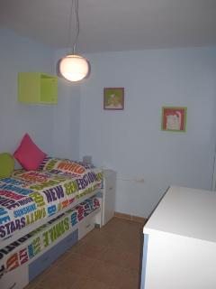 Dormitorio con dos camas plegables