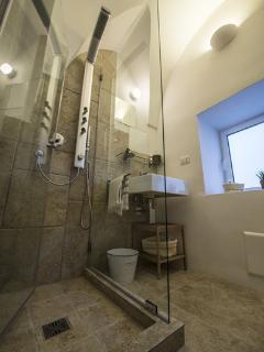 Due bagni,uno in camera con ampia doccia, l'altro,di servizio nella living room.