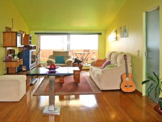 Salón con puertas corredizas de vidrio que iluminan y calientan el apartamento