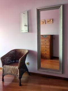 Dormitorio conespejo de cuerpo entero
