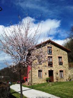 Facahada de pìedra de la Casa, antiguamente Escuela del pueblo.