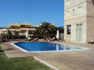 Modern 3 bedroom flat with pool, right near beach
