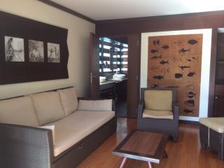 Le salon, avec ses photos noir et blanc de Tahiti d'antan et sa grande peinture de Tapa