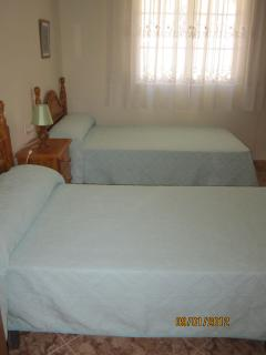 Dormitorio con dos camas simples
